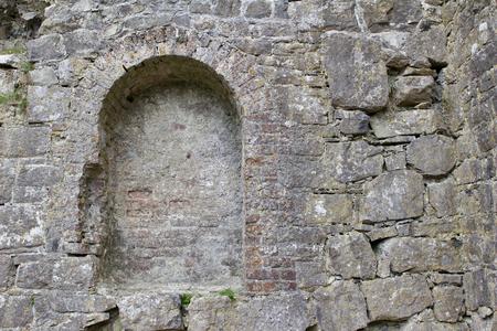 Alcoba de ladrillo en las ruinas de un antiguo castillo en la remota Irlanda Foto de archivo