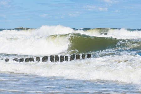 Große Wellenspritzer in der Ostsee Standard-Bild - 74762183