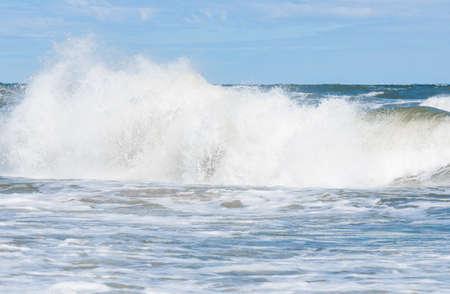 Großes Wellenmuster in der Ostsee Standard-Bild - 74355469