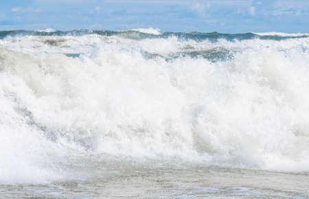 Große Wellenspritzer in der Ostsee Standard-Bild - 74762184