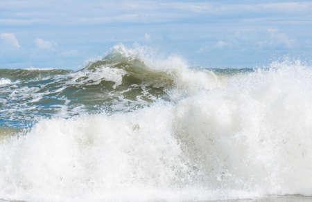 Große Wellenspritzer in der Ostsee Standard-Bild - 74762185