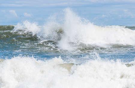 Große Wellenspritzer in der Ostsee Standard-Bild - 74762187