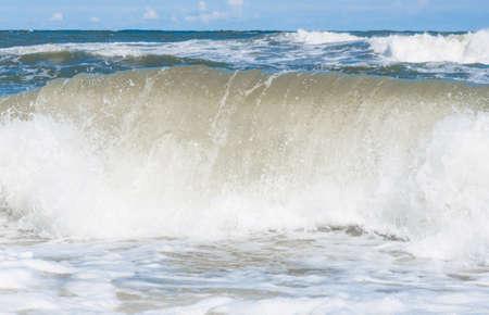 Große Wellenspritzer in der Ostsee Standard-Bild - 74762188