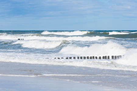 Große Wellenspritzer in der Ostsee Standard-Bild - 74762189