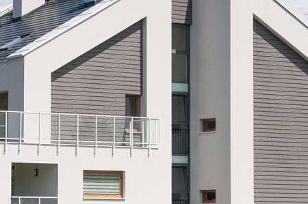 Neues, modernes Wohnhaus Standard-Bild - 74702675