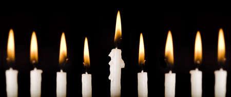 Beautiful Chanukka Kerzen angez�ndet auf schwarz.  Super schwarzen Hintergrund.  Vorsichtig spotted und retuschierte.  Bilder mit hoher Aufl�sung mit einer 100 mm Makro-Objektiv erschossen.