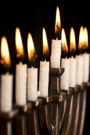 Sch�ne helle Hanukkah Menorah auf Schwarz. Lizenzfreie Bilder