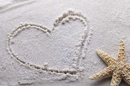Herzen, die in Sand mit Kopie Raum