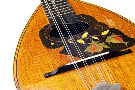 mandolino: mandolino antico isolato su sfondo bianco
