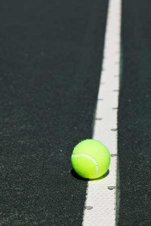 법원의 서브 라인에 테니스 공