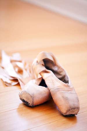 zapatillas ballet: zapatillas de ballet en un lugar bien gastados condici�n Foto de archivo