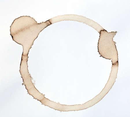 Kaffee-Fleck auf einem White Paper-Hintergrund isoliert