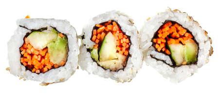 Vegetarische Sushi California roll mit Reis und Algen, die isoliert auf wei�em Hintergrund