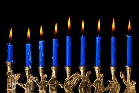 brennende Kerzen Chanukka in eine Menorah auf schwarzem Hintergrund Lizenzfreie Bilder