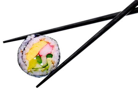 Sushi roll met zwarte stokjes geïsoleerd op witte achtergrond