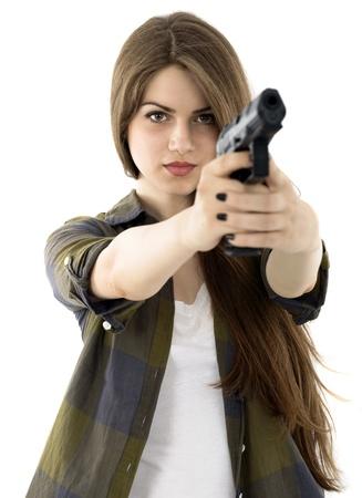 mujer con pistola: Mujer hermosa joven con una pistola sobre fondo blanco Foto de archivo