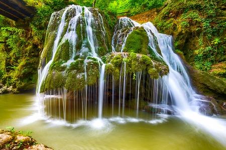 Wasserfall Bigar an der Kreuzung mit der parallelen 45 in Rumänien liegt Standard-Bild