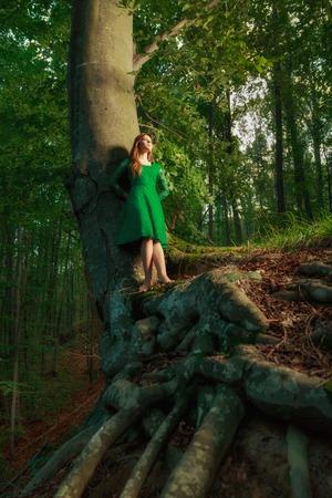 femme romantique: Portrait de femme romantique � la for�t de f�es