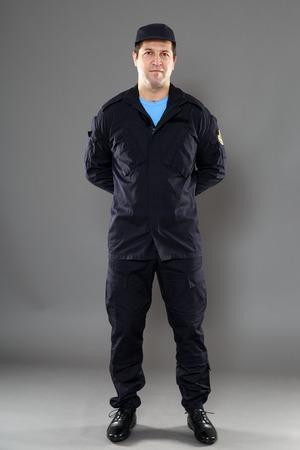 guardia de seguridad: guardia de seguridad de todo el cuerpo aislado sobre fondo gris
