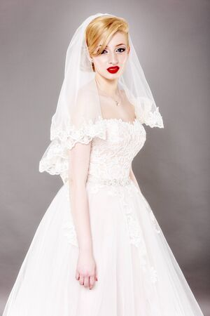 Schone Braut Und Schonen Hochzeitskleid Lizenzfreie Fotos Bilder