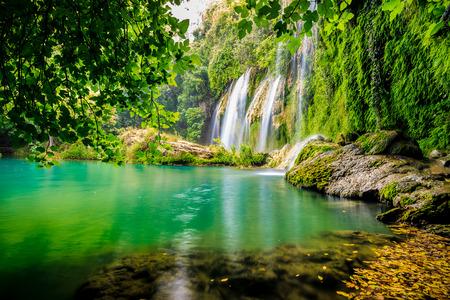 una bella cascata nel bosco su un fiume