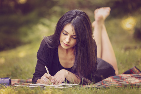 beautiful woman writer is inspired by nature Foto de archivo
