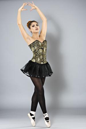 tänzerin: Professionelle weiblichen Ballett-Tänzerin isoliert in studio Lizenzfreie Bilder