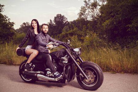 Romantische foto met een paar van mooie jonge bikers