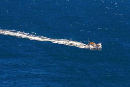 bateau de course: Bateau à grande vitesse sur l'océan Banque d'images