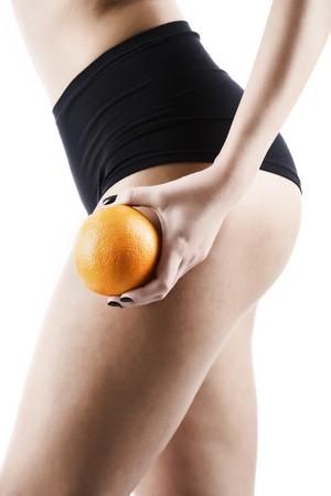 Cellulite - orange Skin-Effekt in der Frauen Oberschenkeln, auf hintergrund isoliert Standard-Bild