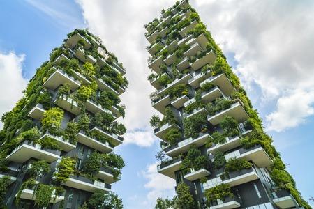 MILANO, ITALIA - 28 DE MAYO DE 2017: Bosco Verticale (Vertical Forest) vista baja. Diseñado por Stefano Boeri, arquitectura sostenible en el distrito de Porta Nuova, en Milán