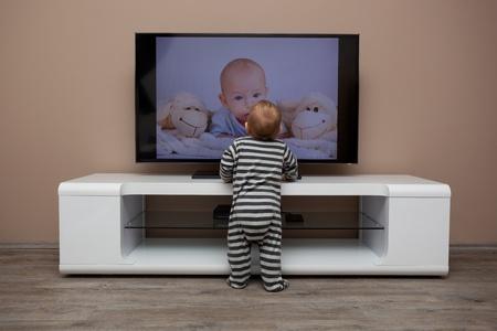 bebé niño viendo televisión en casa