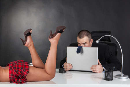sexy secretary: Acoso sexual. Sexy mujer está seduciendo a su jefe en la oficina
