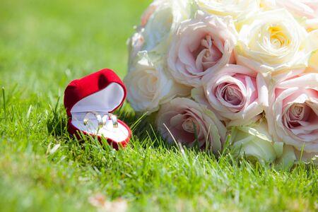 fidelidad: Betrothal detalle de los anillos y el ramo