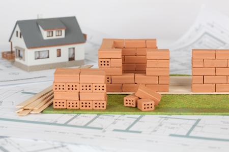 Construction de maison modèle avec brique sur plan Banque d'images
