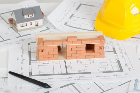 Construcción de casa modelo con ladrillo en plano Foto de archivo