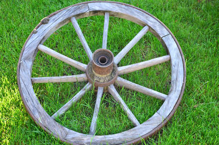 carreta madera: Rueda de carro antigua de madera