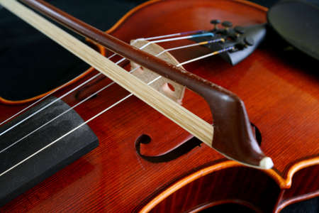 sonorous: A bow playing the violin