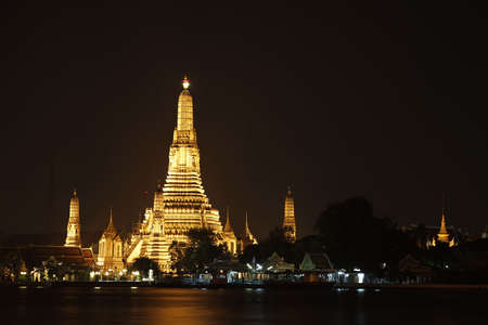 Night time view of Wat Arun (Temple of the Dawn), reflected upon Mae Nam Chao Phraya. Stock fotó