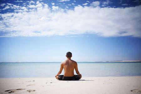 mente humana: Sin camisa asi�tica meditando por el oc�ano, en Australia Occidental