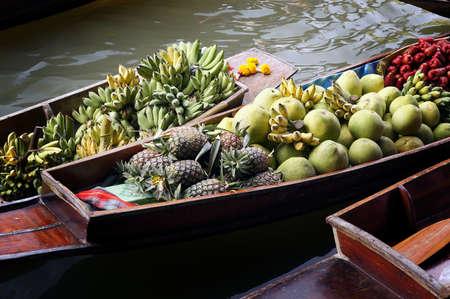 damnoen saduak: Damnoen Saduak Floating Market in Thailand with fresh fruit on display.