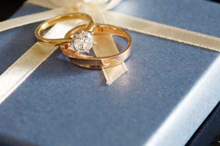 ringe: Geschenk Solitär Brillantschliff runden Diamant-Verlobungsring mit Hochzeitsband auf Geschenk-Box
