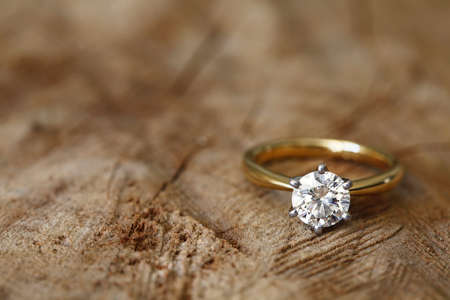 edelstenen: Solitaire betrokkenheid diamanten ring won houten biologische achtergrond.