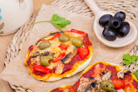 mini pizza: vegetarian mini pizza