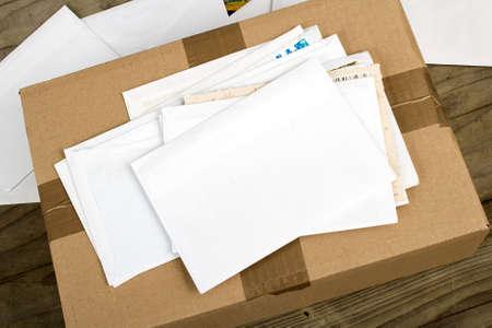 een stapel brieven en postpakket Stockfoto
