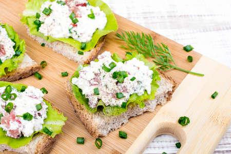cebolleta: sandwiches con cebolleta requesón y ensalada.