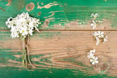 ramo de flores en tablones de madera