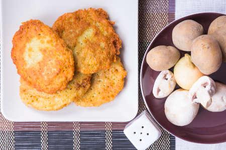 papas doradas: tortitas de patata con los ingredientes