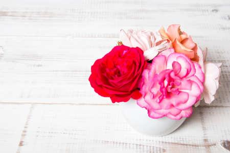 bouquet fleur: bouquet de roses sur un fond en bois Banque d'images