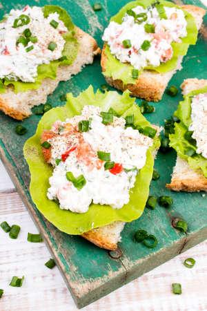 cebollin: sándwiches con queso cottage, cebollinos y ensalada.